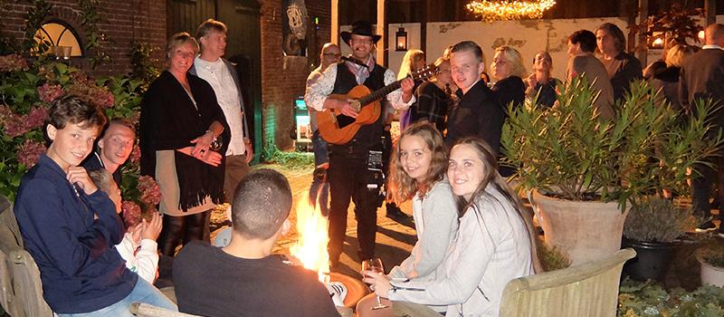 Poptroubadour Edward Val inhuren | Feest lunch diner receptie high tea event interactief live akoestisch achtergrond langs tafels zanger gitaar zuid noord holland utrecht overijssel | EV11