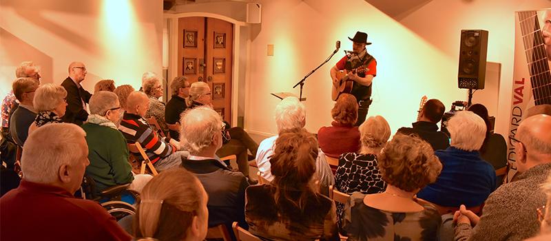 Troubadour singer songwriter Edward Val Nijkerk | Concert Museum Nijkerk Venestraat Expositie | Nederlandstalig repertoire | luisterconcert | Gluren bij de buren huiskamerconcert | EV37