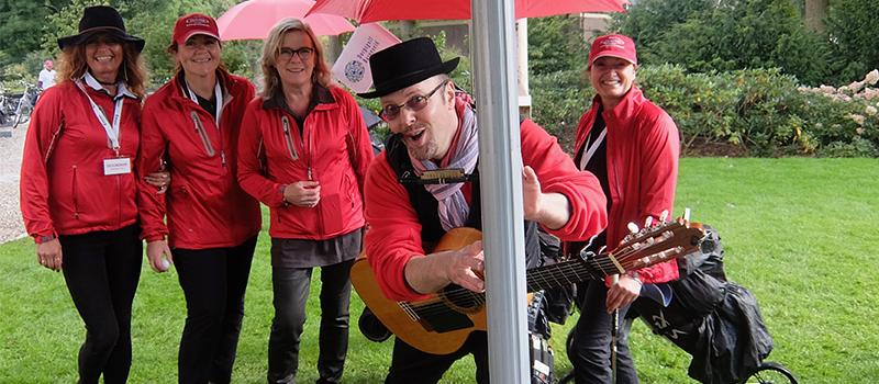 Troubadour zanger gitarist Edward Val boeken | Mobiele live muziek feest verjaardag tuinfeest | Optreden akoestisch | Sfeermaker entertainer goochelaar kinderen inhuren | EV13