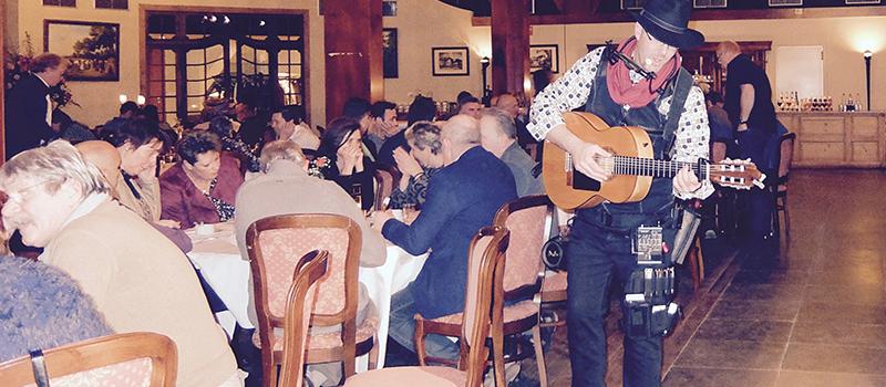 Troubadour zanger gitarist feest partij verjaardag event onmtvangst mobiele act gezellig interactief langs tafels ervaring professioneel Edward Val | EV17